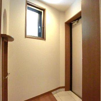 玄関に小窓・飾り棚・靴箱・鏡もありますよっ!