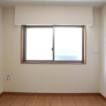 この窓は意外と大きい。