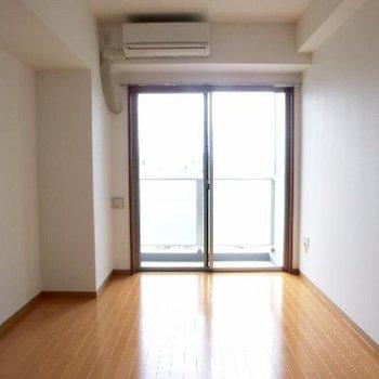リビングルーム窓側です。