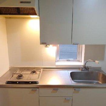 キッチンは2口。窓付きなのが換気もできて嬉しいです