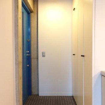 玄関。収納もしっかりあり。扉がブルーなのも良い