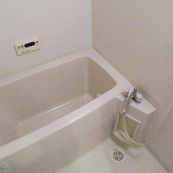 お風呂はコンパクトめ。