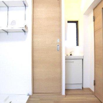 センターの扉がトイレ、その横が小さな洗面台