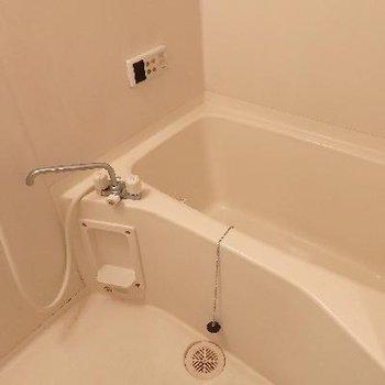 お風呂は広々、浴室乾燥機もついています!