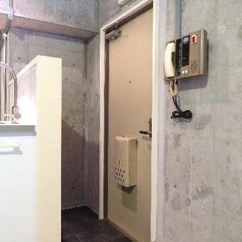 玄関はこちらです。設備がレトロ。。※写真は前回掲載時のものです。