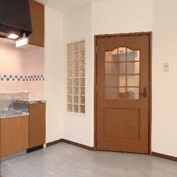 扉と飾り窓がキュートです。