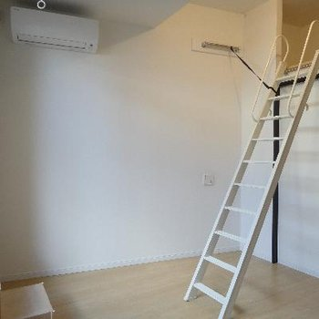 梯子は使わないときは壁に収納。