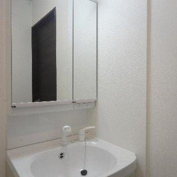 すっきり洗面台。鏡が大きくて嬉しい。