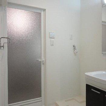 脱衣所に洗面台と洗濯機置き場が。