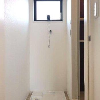 お風呂手前に洗濯機置き場があります