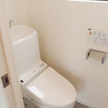 トイレはコンパクトですが、窓と収納あり。