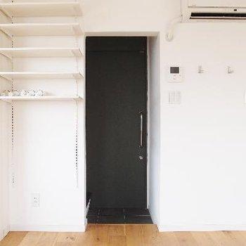 玄関横には可動式飾り棚。