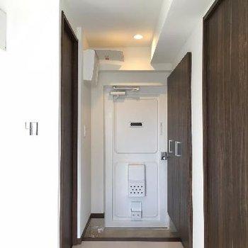 玄関左手のドアは水回り