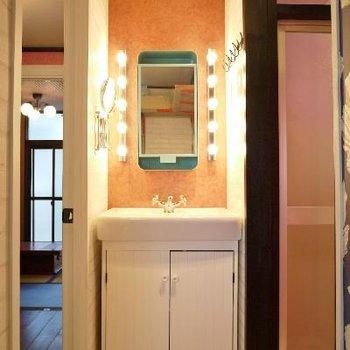 洗面の鏡は緑の差し色で飽きさせない