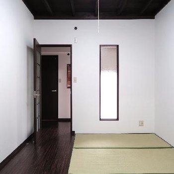 玄関入ってすぐのお部屋です。