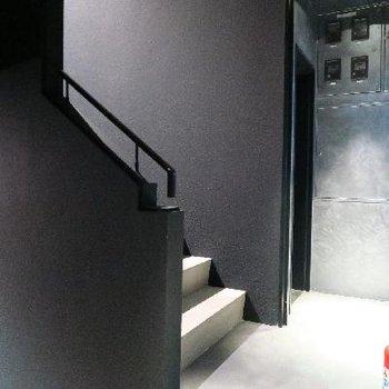お手洗い、パントリーは階段の奥に。