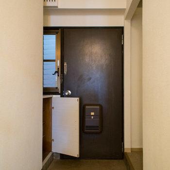玄関には窓も付いていて空気もこもらずスッキリです。