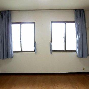 洋室その2。窓ごしはバルコニーですが、ただの飾りのようです。2重冊子です。
