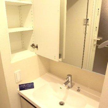 洗面台はサイドに棚付き。