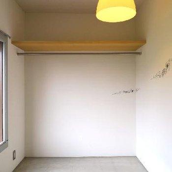 ぼーっとできそうなシンプルな寝室。