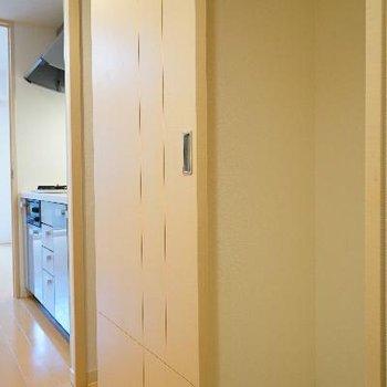 洗濯機と冷蔵庫置きは扉で隠します!