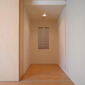 2.2帖の洋室。書斎や納戸に使いたい※写真は別のお部屋です