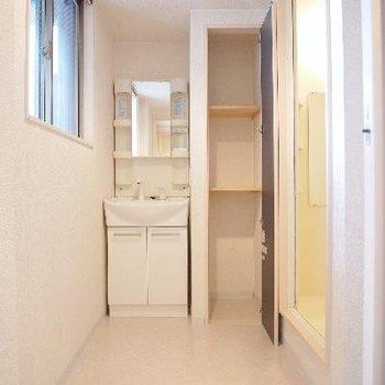 洗面所は収納もあって広いですよ。