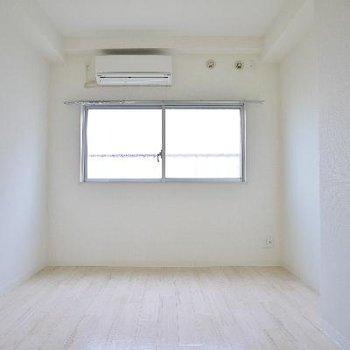 洋室は白がベース。エアコンも2基ついてます