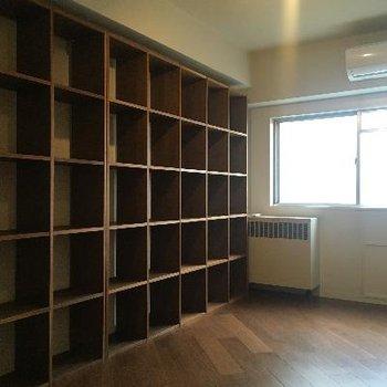 壁一面の大きな飾り棚!書斎にしたいですね!