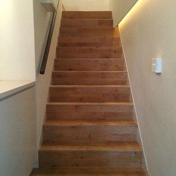 玄関開けたら階段が!これで5階へあがるんですなあ。