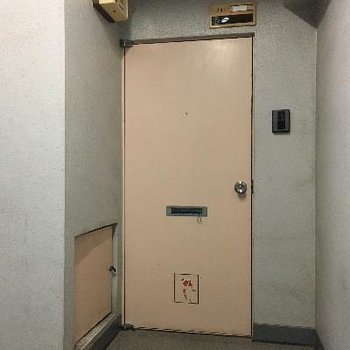 玄関は正直古いです。インターホンはモニター付き。