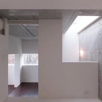 白とコンクリート。無機質な空間。※画像は別室