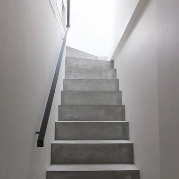 玄関を入ると階段。※画像は別室