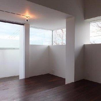 ダークブラウンのフローリングが空間を引き締める。※画像は別室