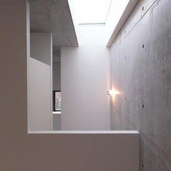 階段の上に天窓◎※画像は別室です