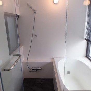 ガラス張りのバスルーム。※画像は別室です