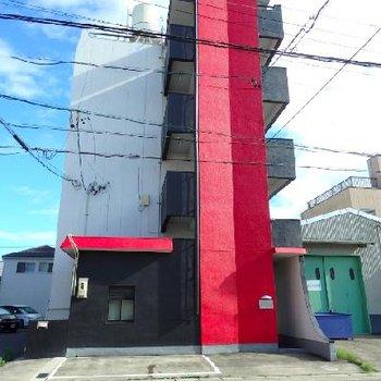 建物は大胆カラーの塗替え済み