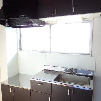 キッチンには窓付き。とにかく明るいお部屋です