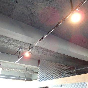 天井は黒塗りスケルトン