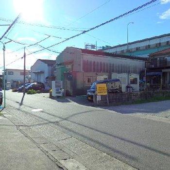 周りには工場などが多いエリア。