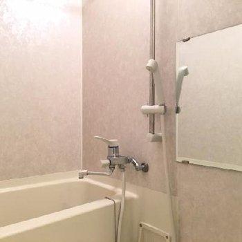 お風呂にも鏡がついていますよ!