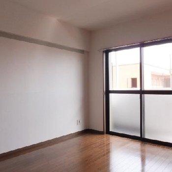 こちらはバルコニー側の洋室