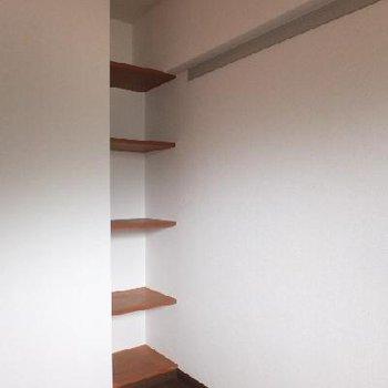 デッドスペースに棚が備え付けられています