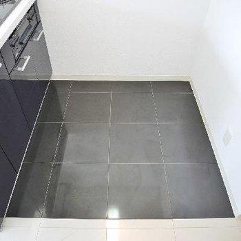 キッチン床は黒大理石。
