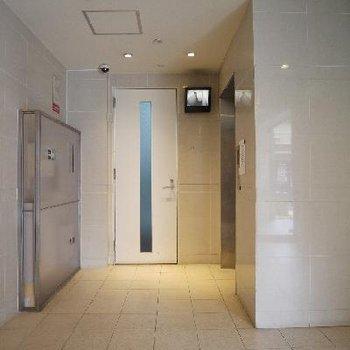 TVモニターと防犯カメラは棟で3台付き。
