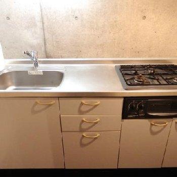 キッチンは独立しています。※写真は別部屋
