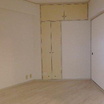このお部屋はフローリングです。こまごましたものの収納もOK。