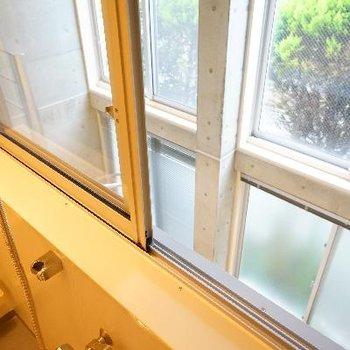 窓からは室内の吹き抜けが!※写真は前回募集時のものです