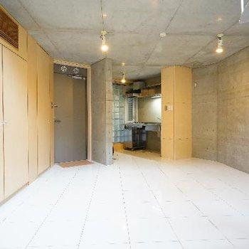 白いタイル張りの床もオシャレ!※写真は前回募集時のものです