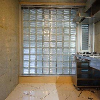 キッチンスペースはガラスブロックが良い雰囲気♪※写真は前回募集時のものです